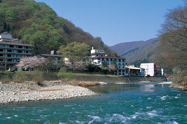 小国川沿いの瀬見温泉_b